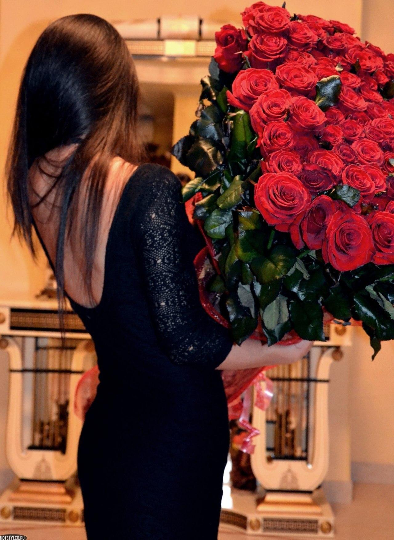 Фото девушек в ресторане с цветами без лица