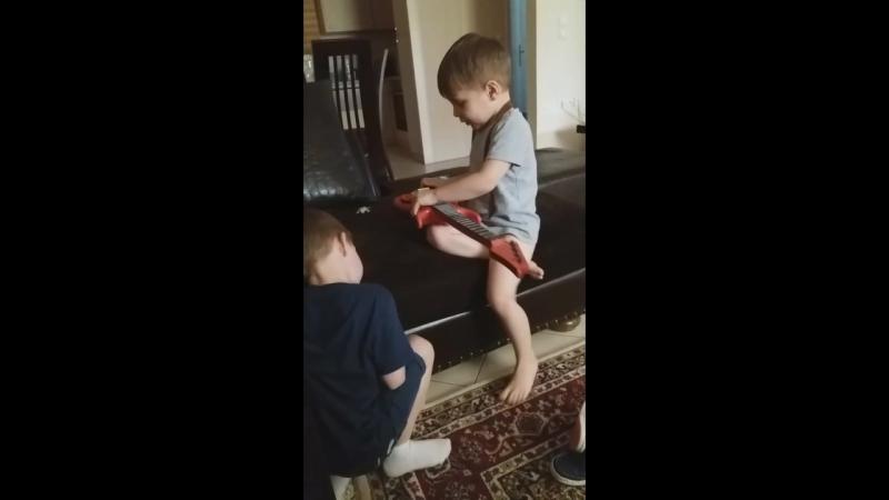 Два брата один другого учит