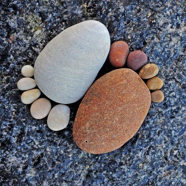 Следы из камушков