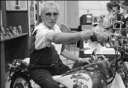 Роберт Крейг Книвел, широко известный как Эвил Книвел  легендарный американский трюкач, получивший мировую известность благодаря своим рискованным выступлениям на мотоцикле.