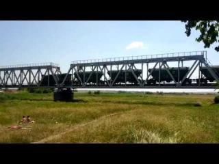Грузовой поезд под тепловозом ЧМЭ3 следует через мост р. Мокрая Сура близ станции Привольное