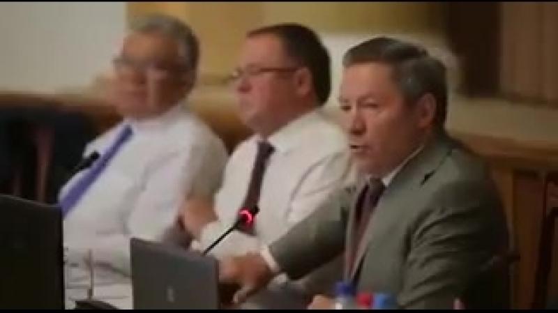 Глава администрации Липецкой области Олег Королев объясняет необходимость пенсионной реформы в переводе на русский язык. У мен