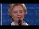 Муха села на лицо Хиллари Клинтон во время дебатов 09.10.2016