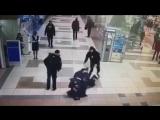 Пьяный дебошир напал на полицейских в аэропорту