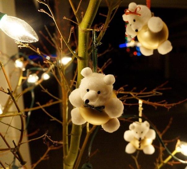 Мишка из елочного шара и ваты (6 фото)