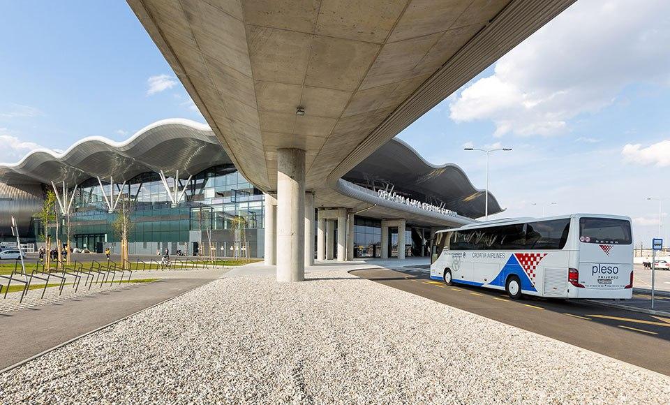 Автобус-шаттл подъезжает к новому терминалу аэропорта Загреба