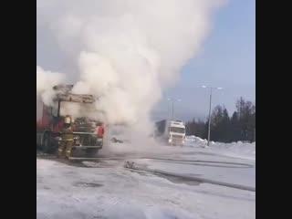 В поселке Пуровске возле магазина Авторус сегодня утром пожарный расчет тушил грузовой автомобиль.