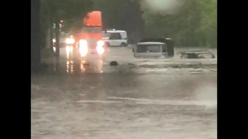 Легковушка и УАЗ ушли под воду на Фабричной