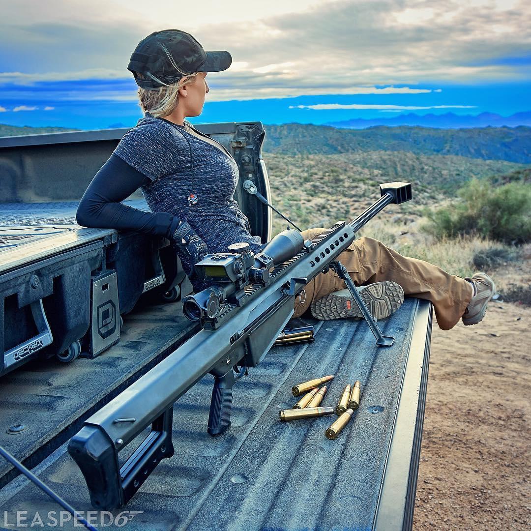 Прекрасный снайпер с винтовкой Barrett 50cal