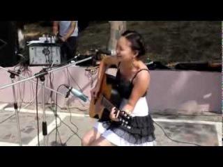 Девушка очень красиво поет под гитару ! Обалденный голос и красивая песня ))
