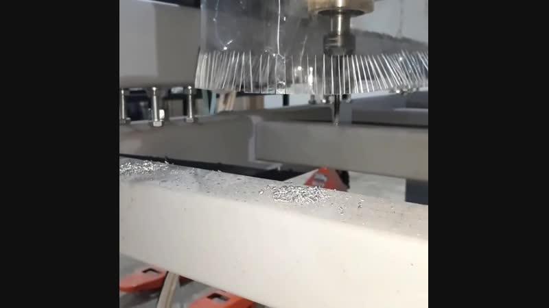 И опять роботы делают роботов - ЧПУ фрезер сверлит сам себя. Монтаж стола полным ходом. Сверло Р18, ему все как с гуся вода. ч
