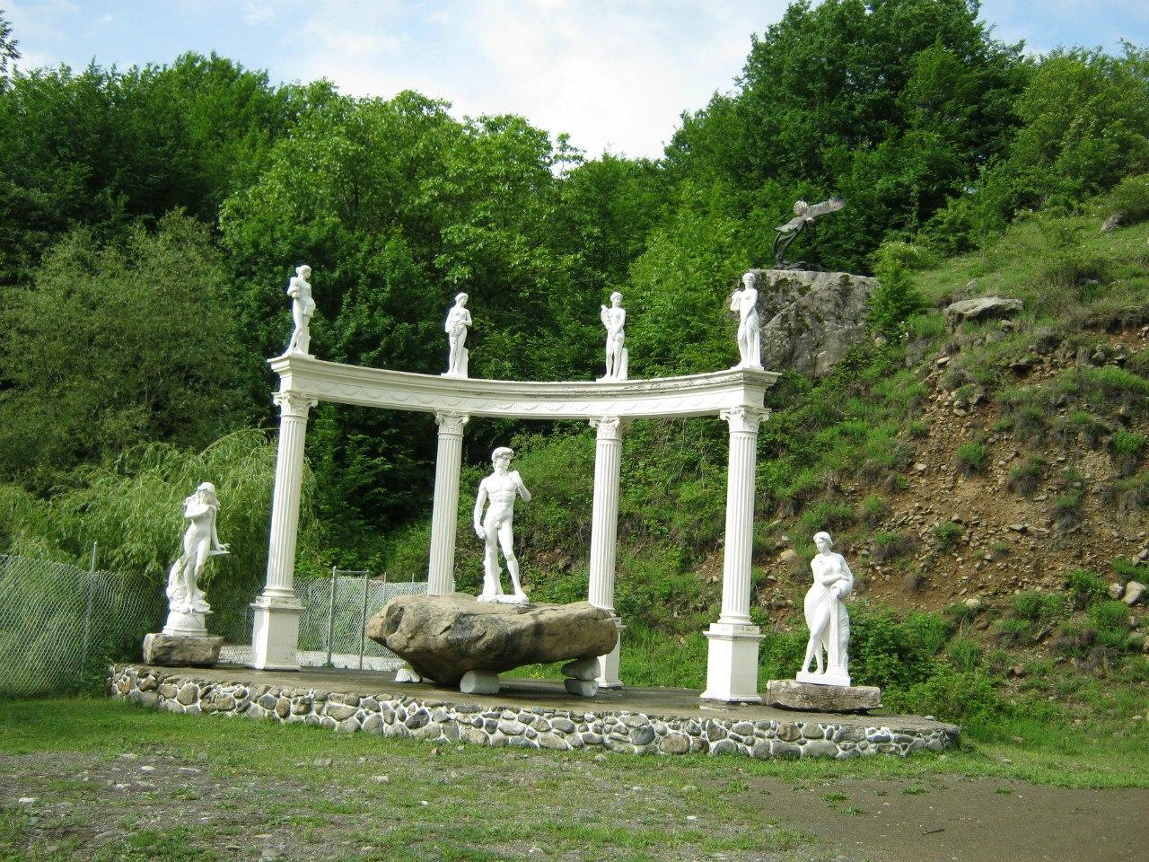 колоннада около села Ванк (Карабах)