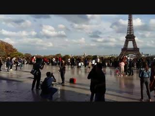 Уличный музыкант рядом с Эйфелевой башней