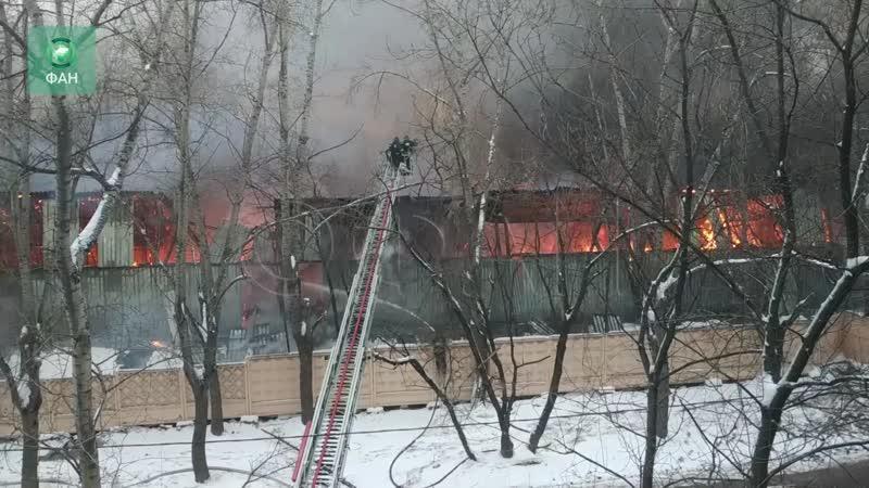 Склады полыхают на востоке Москвы