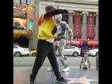 Крутой танец робота и парня на улице