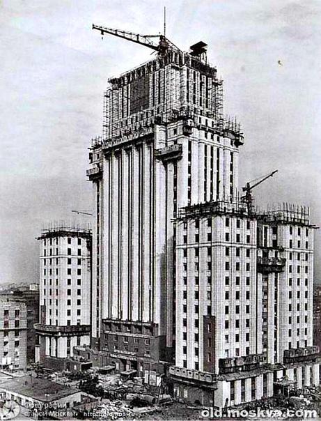 Фотография 1949 года. Процесс строительства высотного здания МИД на Смоленской площади.