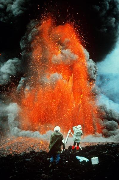 Поразительное фото вулканологов Мориса и Кати Краффт, 1980-е. Супруги Краффт были свиделелями 150 извержений и не раз шли на смертельный риск во имя науки. 3 июня 1991 они и еще 39 человек