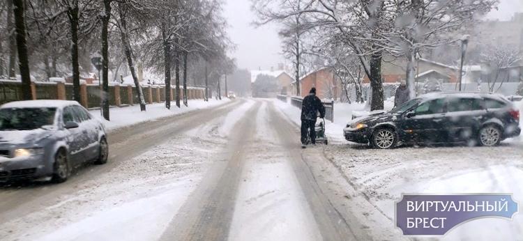 """В это снежное утро по Бресту рассекал велосипедист с """"запаской"""""""