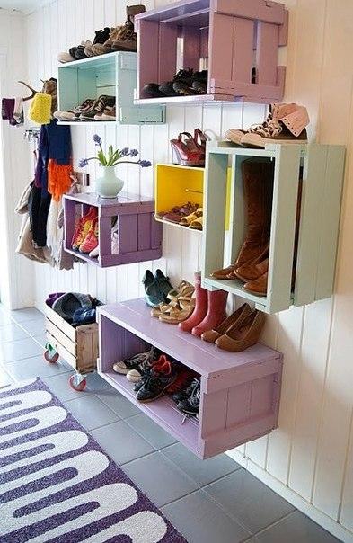Из простых ящиков сделали полки для обуви.