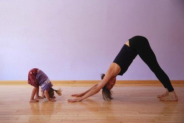 Плоский живот: эффективные упражнения для мам После беременности и родов фигура женщины меняется: появляется жировая прослойка, растягиваются мышцы. Простые упражнения помогут сделать животик подтянутым и аккуратным. Все упражнения выполняются НА ВЫДОХЕ, мышцы живота напряжены. 1. Стоя на четвереньках, выдохните, выгните спину «кошечкой», втяните живот и задержитесь так на 4 счета. Повторить 5-10 раз. 2. Сидя на коврике, обопритесь сзади на руки. Поднимите вверх выпрямленную правую ногу,…