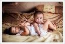 Четырёхмесячный младший безуспешно пытается ползти по кровати.