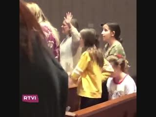 Девочка танцует в церкви