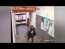 Schwarze Mann jagt Tesco Kunden mit einer AXT im Supermarkt im Süden Londons