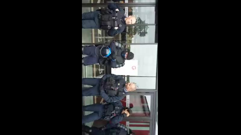 Besançon le 8 mai 2019 la police a décidé de bloquer la galerie marchande du géant pour exprimer leu.mp4