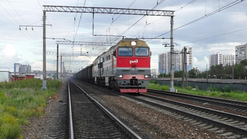 Тепловоз 2ТЭ116У 0211 с грузовым поездом и с приветливой бригадой