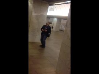 Уснул, стоя в метро