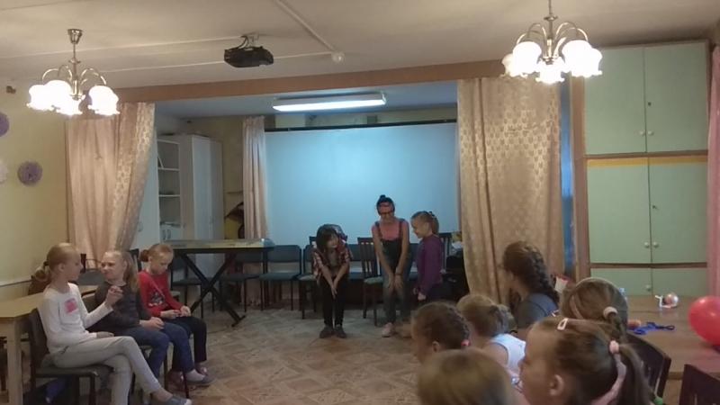 Соня и Лиза проводят занимательные игры и конкурсы