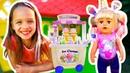 Ева и кукла беби бон играют в кафе мороженое для детей.