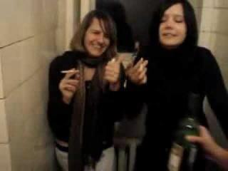 Малолетние пьяные шалавы в туалете