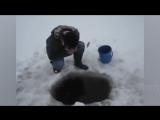 Вот это прикол а не рыбалка! Ловля рыбы руками на зимней рыбалке