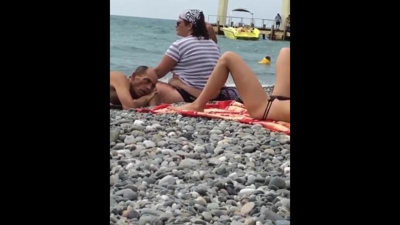 сидит рядом девка дрочит мужику жопу на пляже них