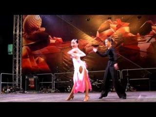 Гагаузская девочка и настоящая любовь к танцам