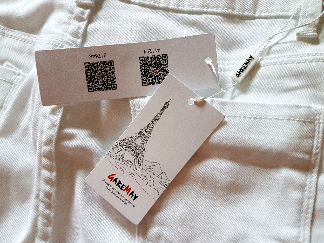 Белые брюки скинни с разрезами на коленях от бренда Garemay
