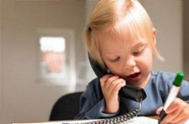 """✨ Игры по развитию речи детей от 2 до 4 лет (по Е. Даниловой) 🎈""""Разговариваем по телефону"""" Возраст: 2-3 года. Разговоры по телефону, когда малыш не может видеть собеседника и наоборот, сами по себе способствуют развитию активной устной речи, потому что ребенок не может ничего показать собеседнику жестами. Но, как правило, разговор по телефону малыша с бабушкой или папой сводится к слушанию того, что говорит взрослый. Чтобы этого не случалось, чтобы такие разговоры были не только…"""