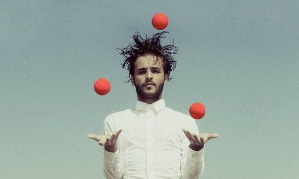 — Представьте себе, что жизнь — это игра, построенная на жонглировании пятью шариками. Эти шарики — Работа, Семья, Здоровье, Друзья и Душа, и вам необходимо, чтобы все они постоянно находились в воздухе. Вскоре вы поймёте, что шарик Работа сделан из резины — если вы его невзначай уроните, он подпрыгнет и вернётся обратно. Но остальные четыре шарика — Семья, Здоровье, Друзья и Душа — стеклянные. И если вы уроните один из них, он будет непоправимо испорчен, надколот, поцарапан, серьёзно…