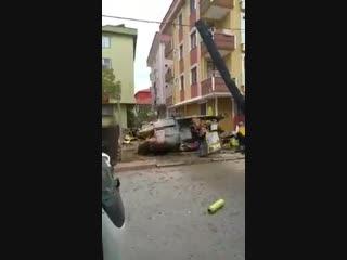 В жилом квартале Стамбула потерпел крушение военный вертолет