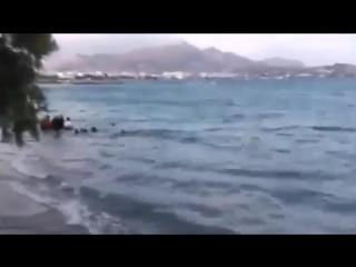 Vermummte Muslime tun für die Kameras so- als würden sie am Strand von Kreta ertrinken