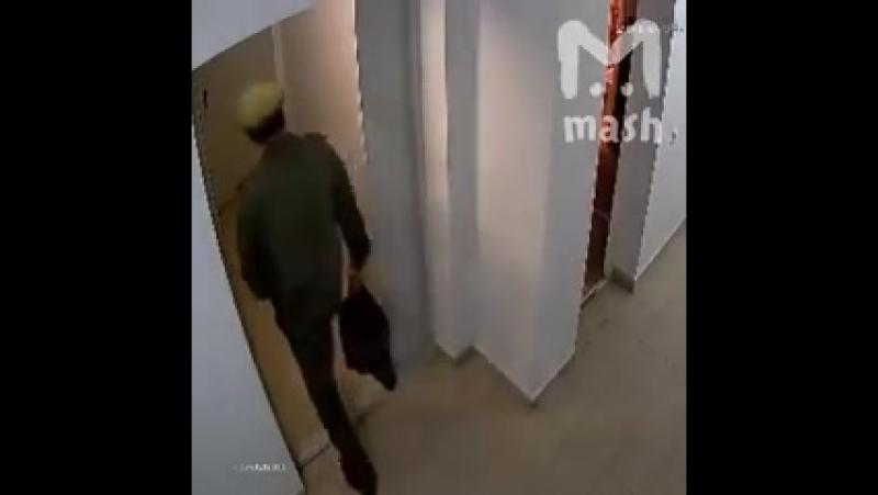 Британские спецслужбы опубликовали видео,где агент ГРУ обмазывает ручку двери Скрипалей