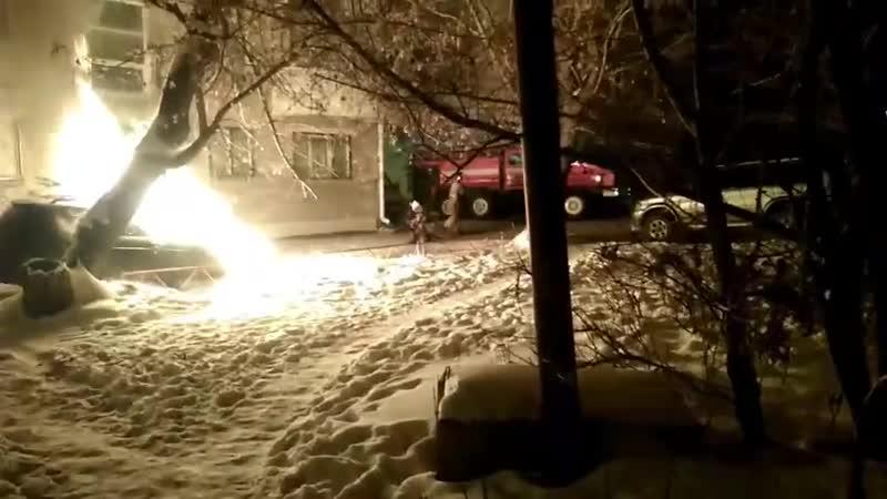 Автомобиль загорелся у дома по улице Карла Маркса