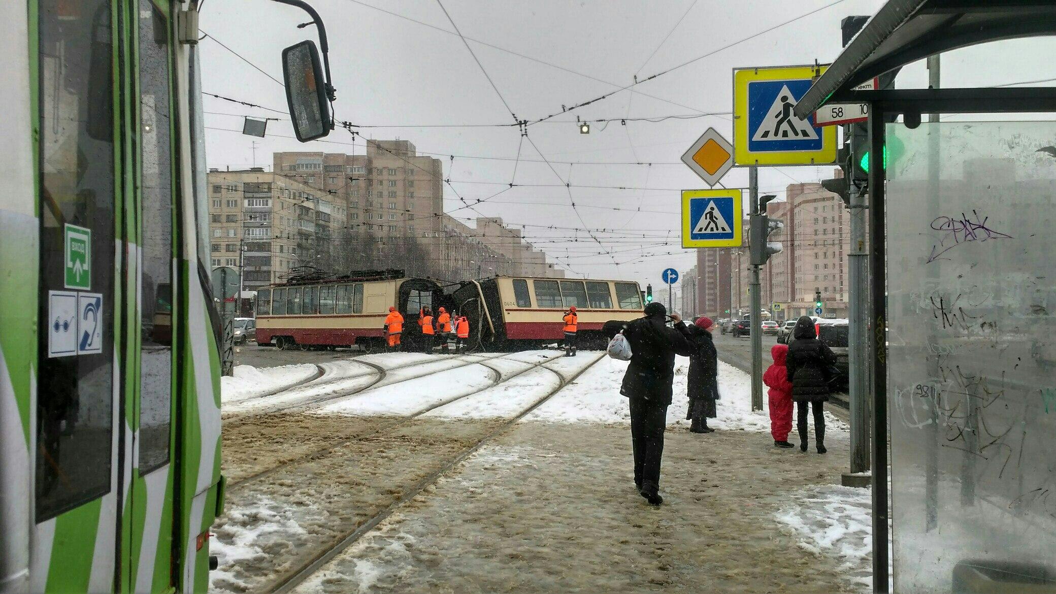 ВПетербурге трамвай разорвало начасти