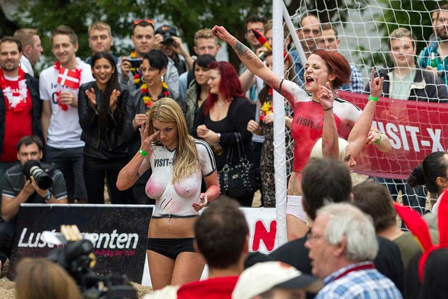 Футбольный матч между порноактрисами Дании и Германии