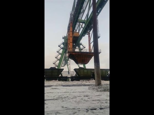 Работает мостовой кран