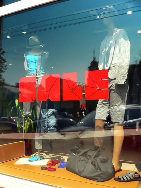 оформление в фирменном стиле витрины