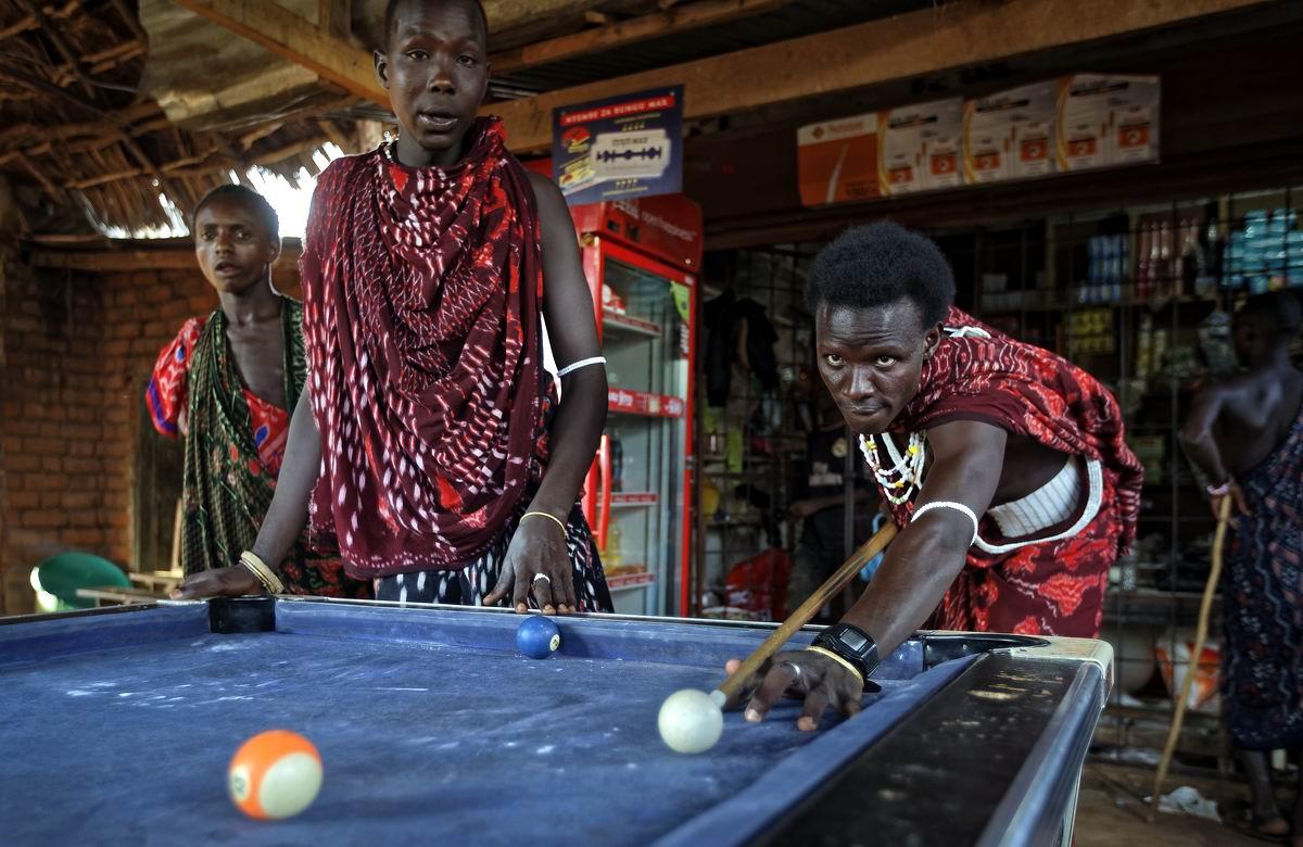 А давайте-ка устроим здесь большой турнир: Бильярд - любимая игра юных африканских масаев