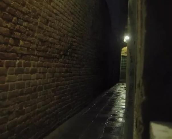 Узкие щели Вы, наверно, замечали, что между корпусами плотно стоящих панельных домов есть щели. Их закладывают такими белыми трубочками, замазывают, закрашивают. Но внутри, между стенами