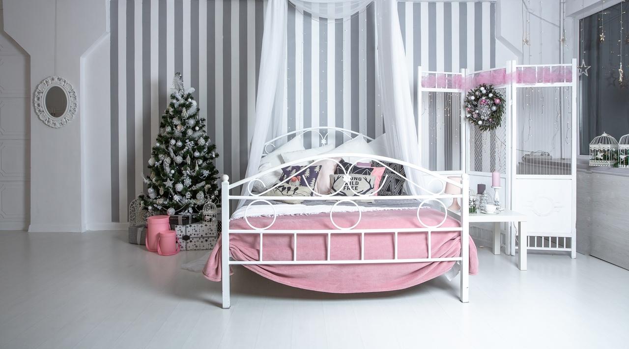фотостудия с белой кроватью пожалуй, самый молодой
